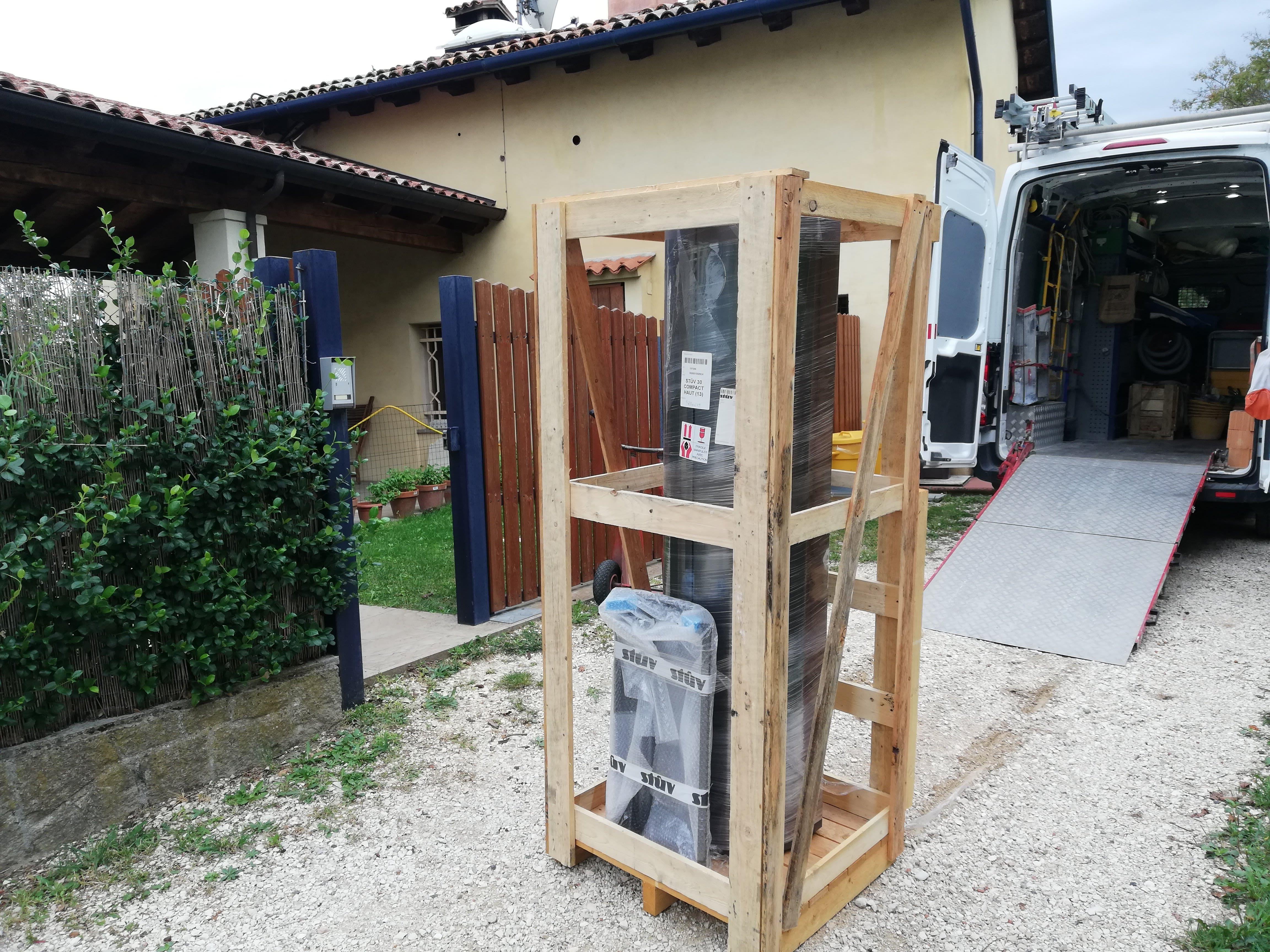 Caminetto verticale a legna imballato