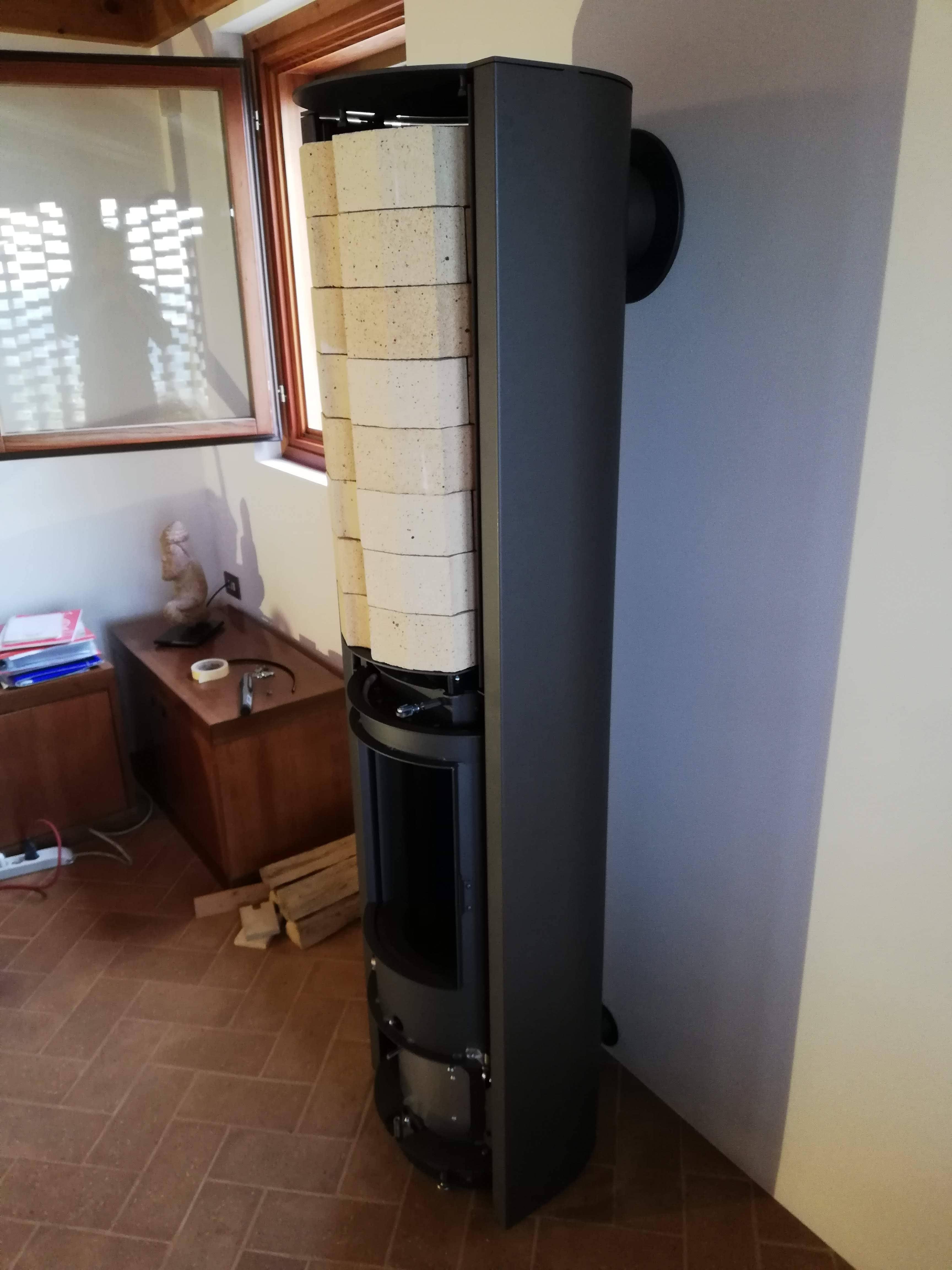 Fase dell'installazione del caminetto a legna