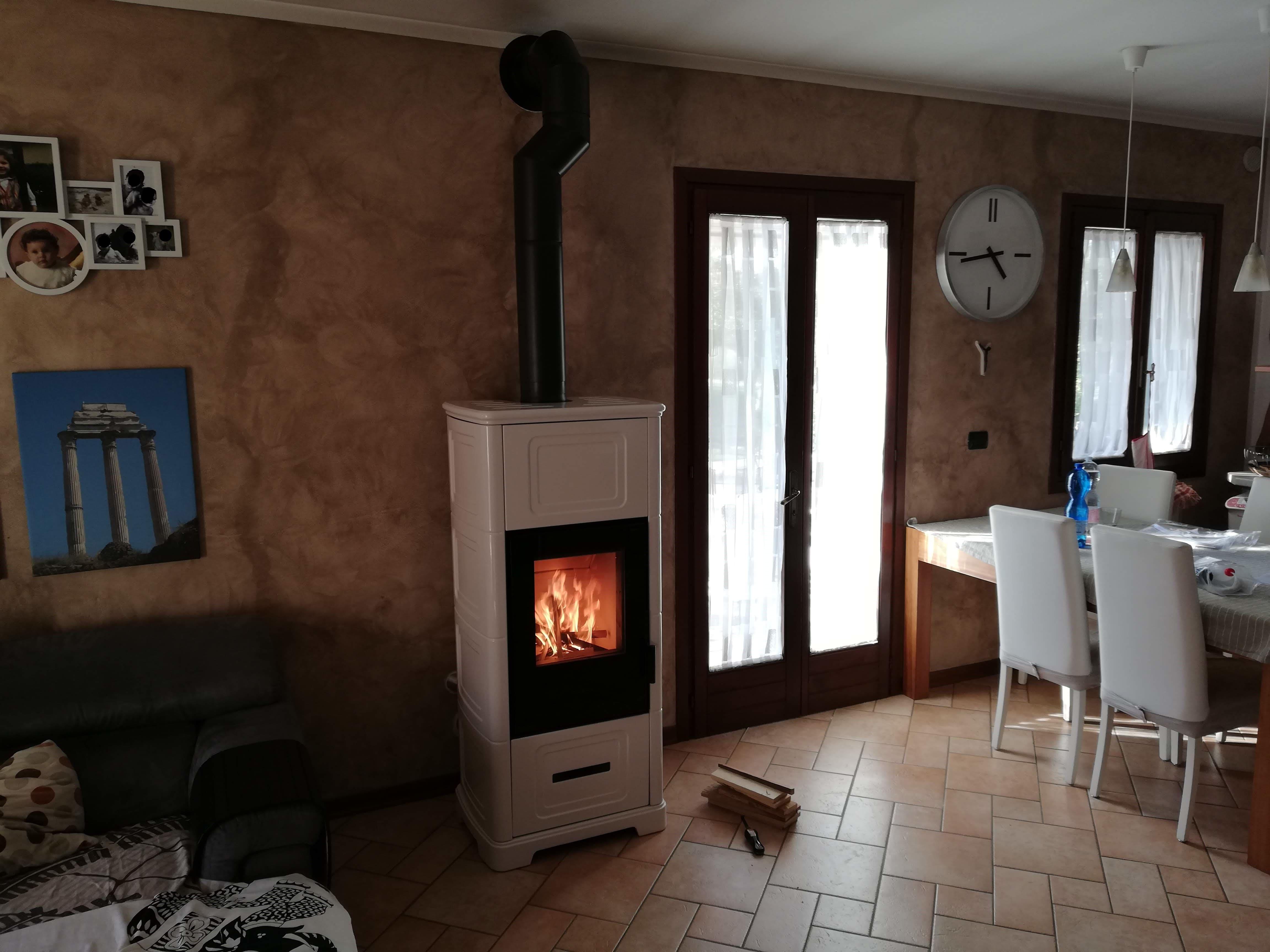 Installazione caminetto in una casa